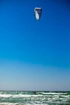 Man kiteboarding sul mare mediterraneo