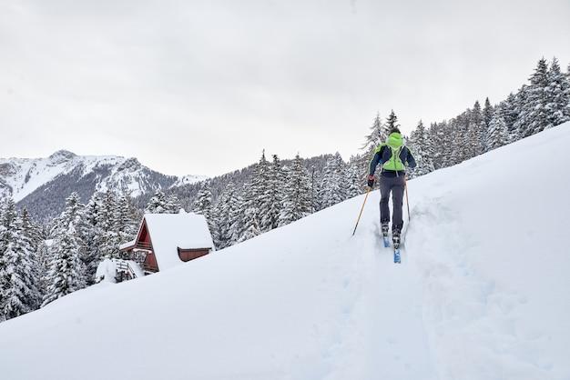 Un uomo in un tour sciistico solitario nelle alpi
