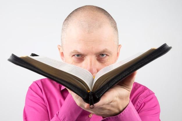 L'uomo guarda attraverso una bibbia aperta
