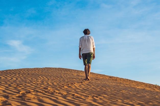 L'uomo perso nel deserto rosso e