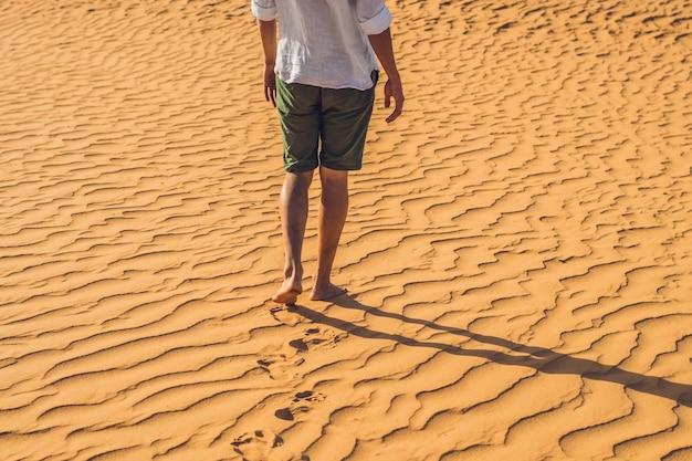 L'uomo si è perso nel deserto rosso