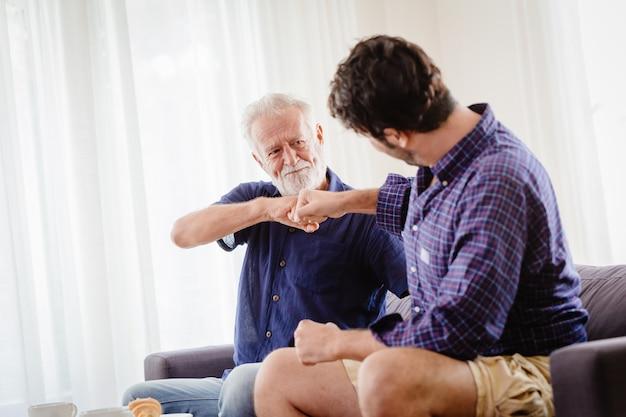 Un uomo fa un patto con suo nonno