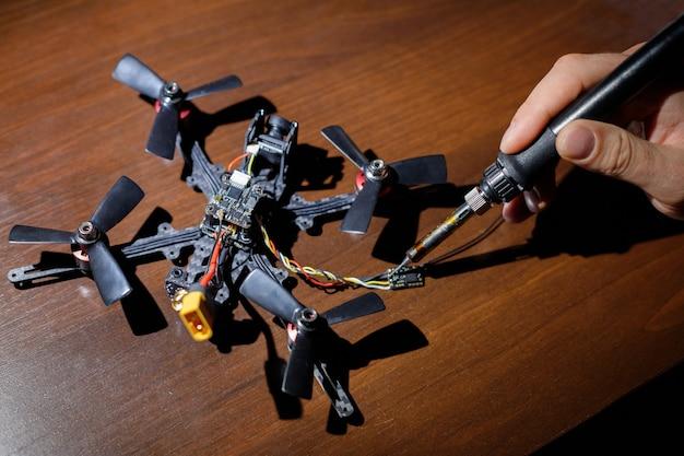 Un uomo crea un drone fatto in casa sul suo desktop