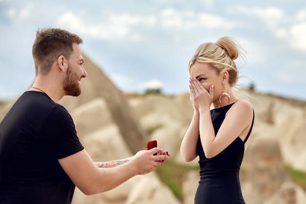 L'uomo fa una proposta di matrimonio alla sua ragazza