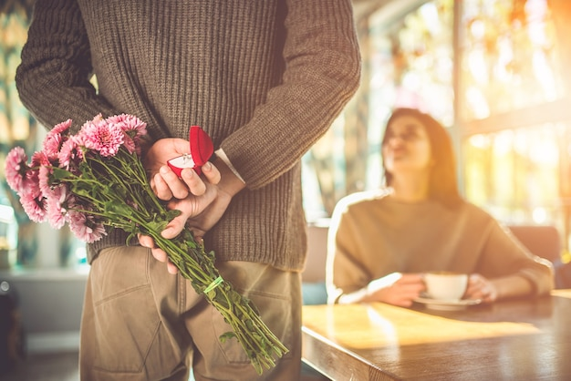 L'uomo fa una proposta alla sua donna al ristorante
