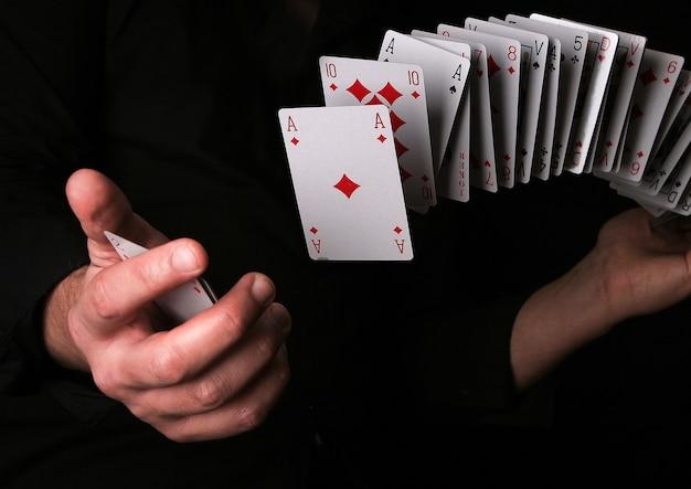 Uomo che fa trucco magico con carta da gioco