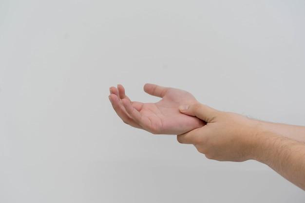 Massaggio dell'uomo sul palmo per alleviare il dolore causato dal duro lavoro per il trattamento della gotta e dei reumatoidi
