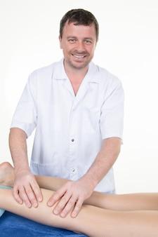 Uomo che massaggia il muscolo del polpaccio, terapista che applica pressione sulla gamba