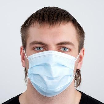 Uomo in maschera medica