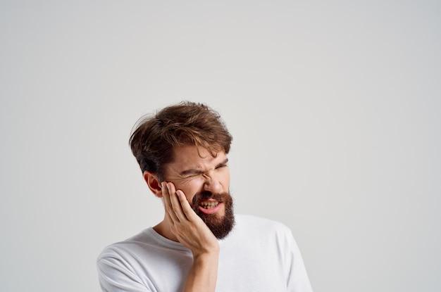 Uomo medicina mal di denti e problemi di salute sfondo isolato