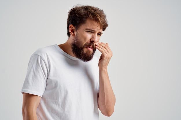 Uomo medicina mal di denti e problemi di salute sfondo chiaro