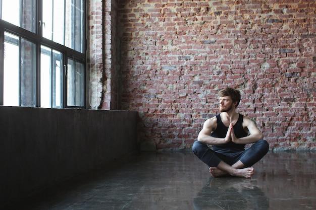 Uomo, meditare