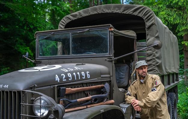 Uomo in uniforme militare in un'auto dell'esercito.