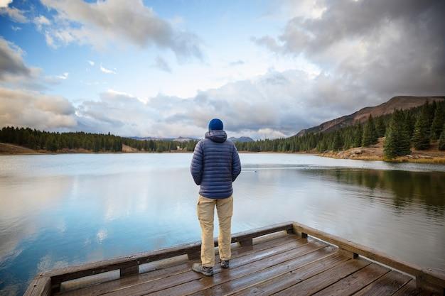 Uomo sul lago di montagna nella stagione autunnale. colorado, usa