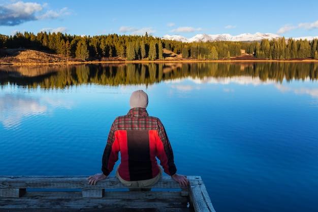 Uomo sul lago di montagna