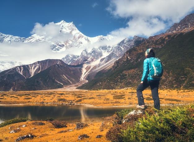 Uomo in un paesaggio naturale