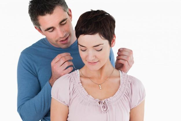 Uomo che offre una collana alla sua moglie sorridente