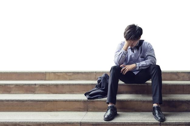 Impiegato uomo seduto sulle scale e ha sottolineato dal licenziamento durante la crisi