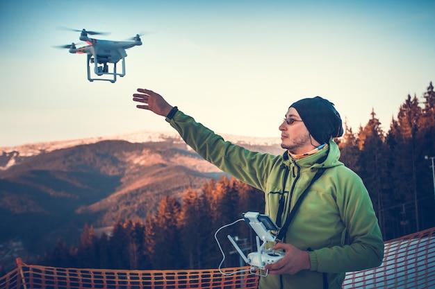 Uomo che fa funzionare un drone