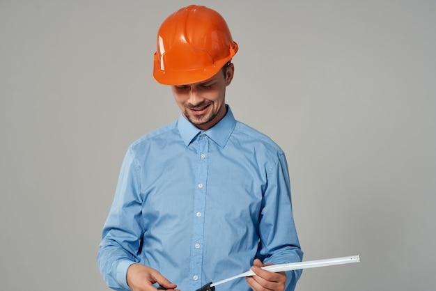Uomo in casco arancione lavoro professionale professione lavorativa. foto di alta qualità