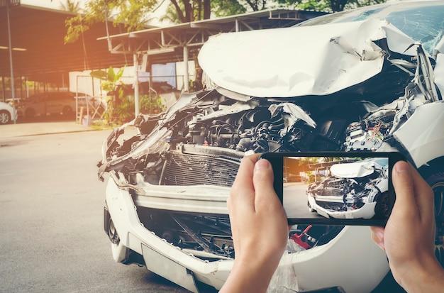 Un uomo ha fotografato il suo veicolo con danni accidentali con uno smartphone