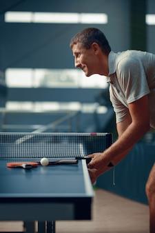 Uomo al tavolo da ping pong
