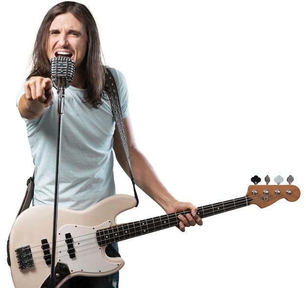 Uomo che suona il basso e canta su bianco
