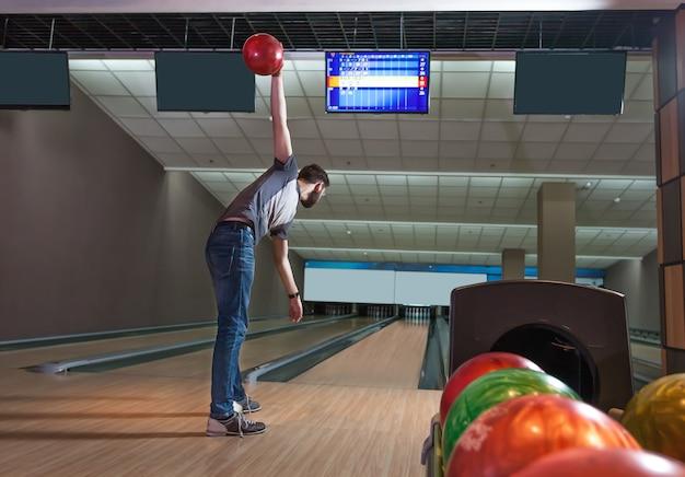 Uomo che gioca a bowling