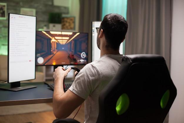 Uomo che gioca a giochi sparatutto durante lo streaming. competizione di esport.