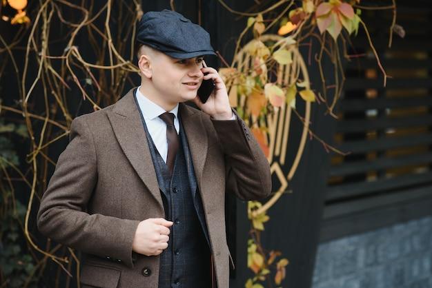 Un uomo in posa in abito elegante