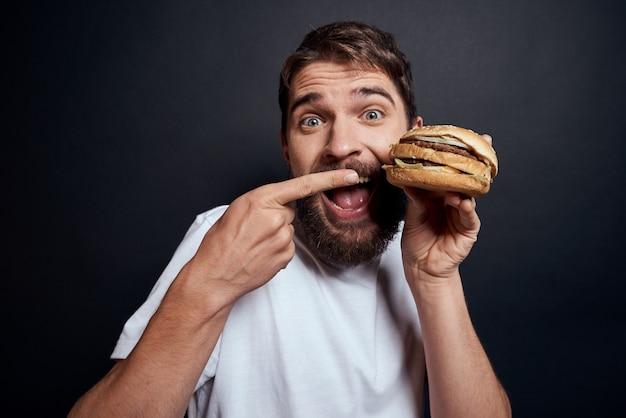 Un uomo in posa con fast food