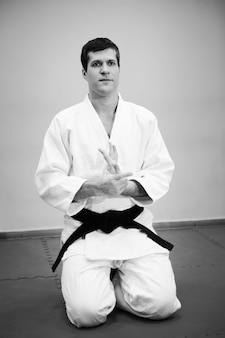 Uomo che pratica l'aikido in un jum sportivo