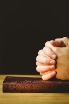 Uomo che prega con la sua bibbia