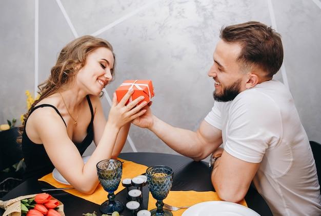 Uomo che presenta un regalo alla ragazza