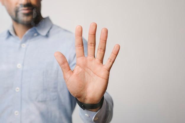Uomo che preme il palmo su uno schermo