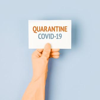 L'uomo in guanti protettivi tiene un poster di avvertimento. l'epidemia di coronavirus covind-19 2019-ncov. quarantena, restate a casa, lavorate da casa.