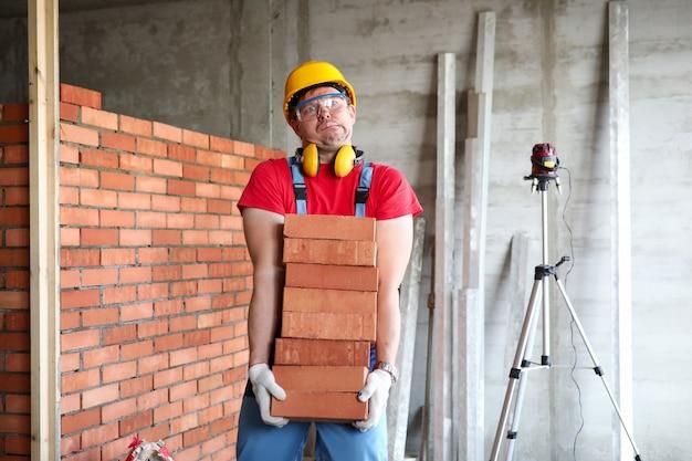 Uomo in casco protettivo e uniforme