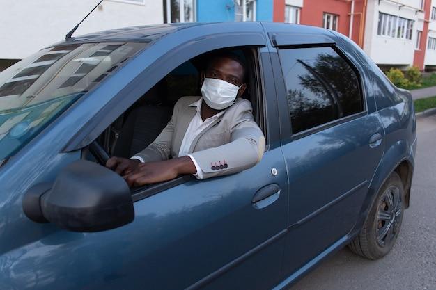 Uomo in maschera protettiva in auto