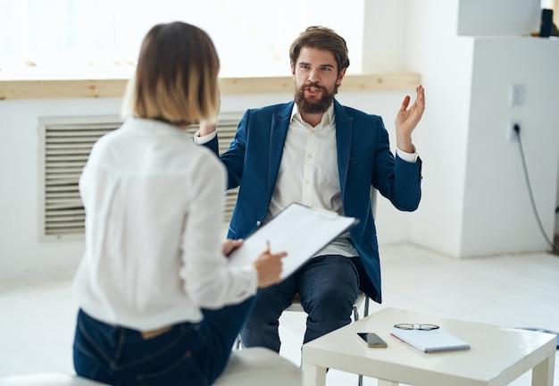 Un uomo all'appuntamento di uno psicologo, diagnosi, comunicazione, consulenza sanitaria