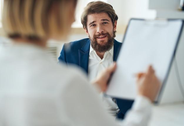 Un uomo alla consulenza di uno psicologo, diagnosi di problemi di comunicazione