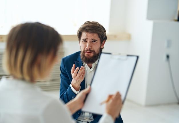 Un uomo alla consulenza di uno psicologo, diagnosi di problemi di comunicazione.