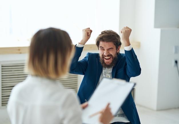 Uomo a una consultazione di psicologi problemi di salute mentale