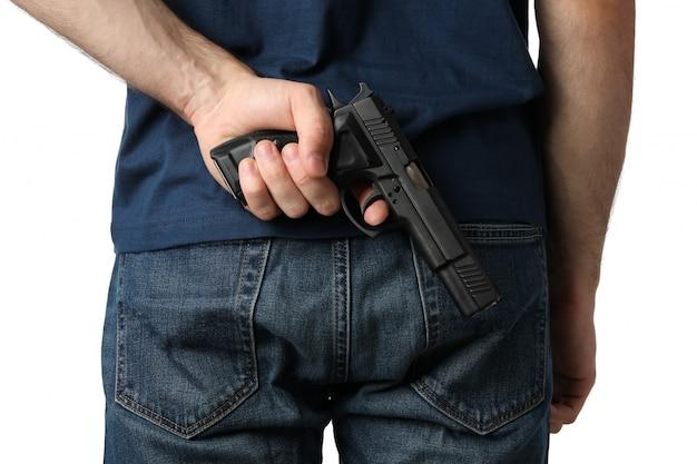 Un uomo tira una pistola da dietro, isolato su bianco