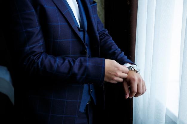 L'uomo mette un orologio sulla sua mano