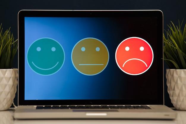 Uomo che mette su un'eccellente faccina sorridente per un sondaggio sulla soddisfazione, il concetto di esperienza del cliente.