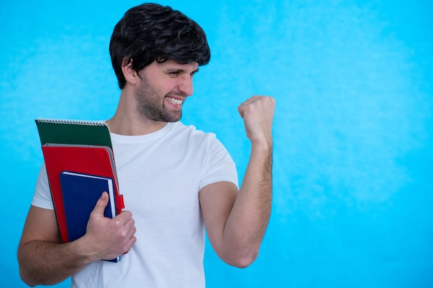 Uomo che alza la mano con il pugno di buon umore per celebrare la vittoria