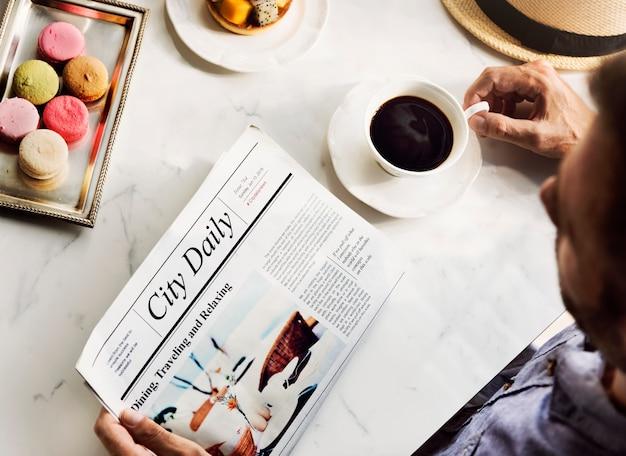 Uomo che legge il giornale di viaggio