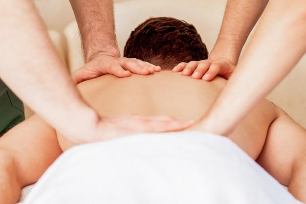 Uomo che riceve un massaggio alla schiena