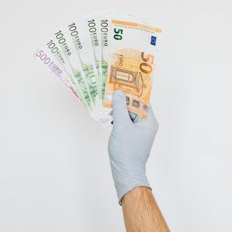 Uomo che riceve sostegno finanziario durante la pandemia di covid-19