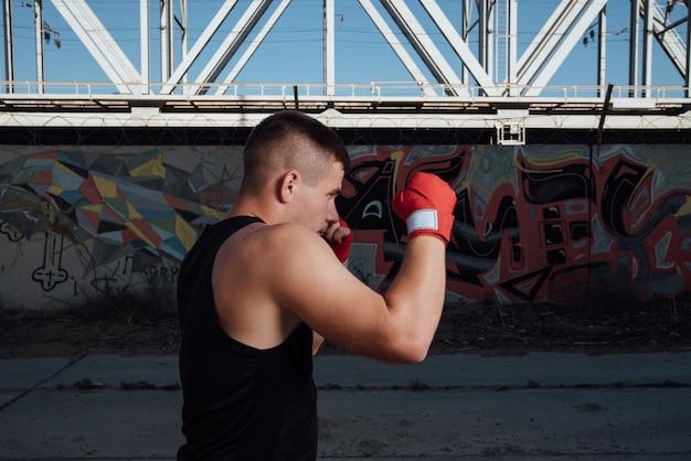 Uomo in bende rosse di boxe